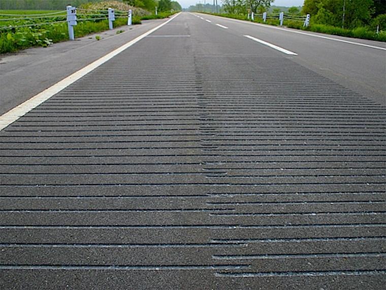 舗装道路の路面につくられた溝