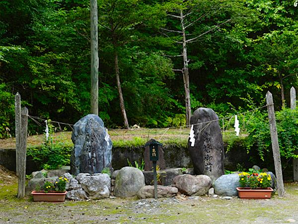常磐御前(義経の母)と静御前(義経の妻)の石碑