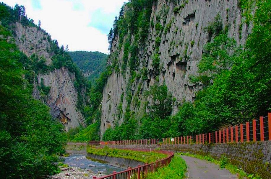 旧道を活用した「小函遊歩道」時代の絶景。写真の神削壁も今では昔語りに