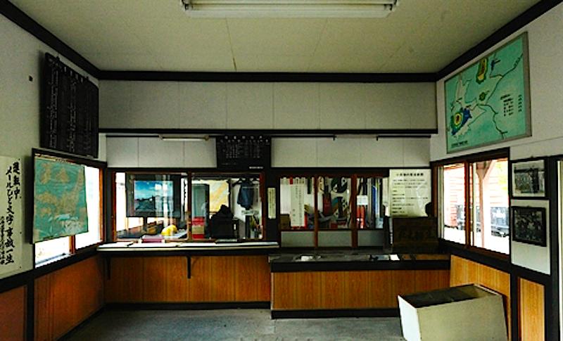 保存される旧北見相生駅舎。現在は町営バスの待合室の役割も担っている