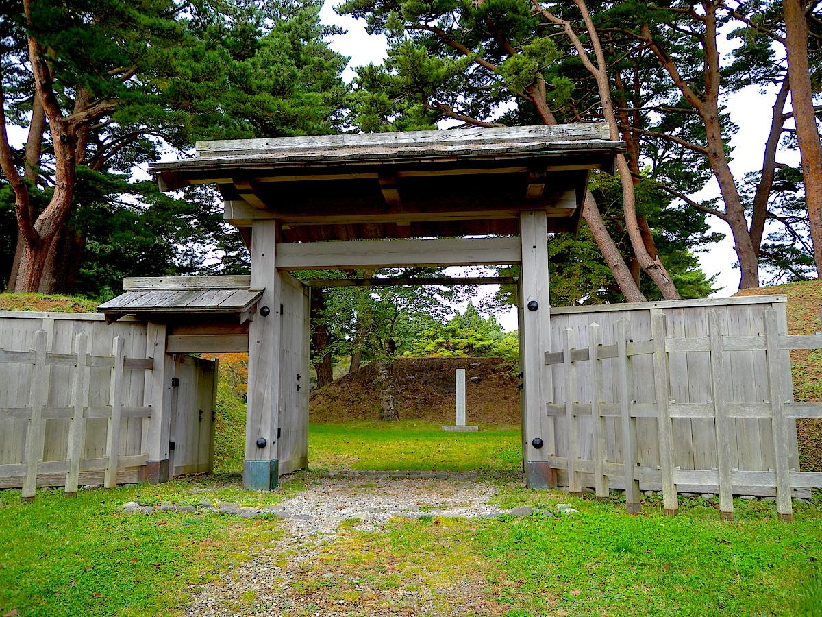 土塁に囲まれた城郭の一角には復元された城門もある